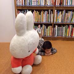 図書館で絵本を読む 2013/10