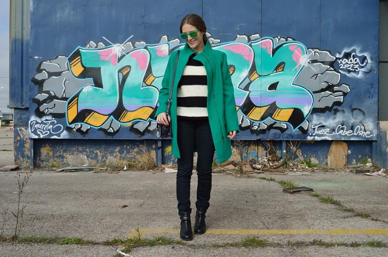 lara-vazquez-madlula-blog-fashion-stripes-black-white-green-coat-streetstyle