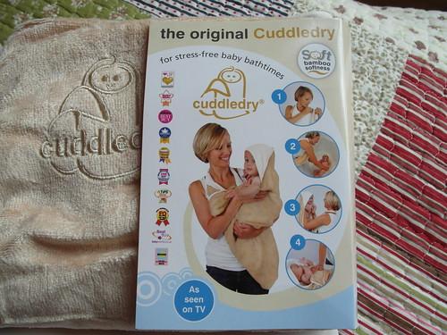 cuddledry 洗澡圍裙與它外包裝上的使用圖解@Bloom & Grow 產品試用