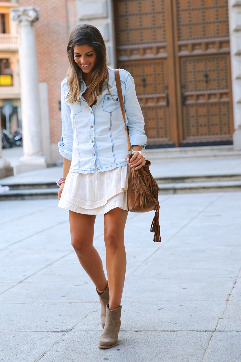 trendy_taste-look-outfit-street_style-denim-blog-blogger-fashion_spain-moda_españa-botines_camperos-it_shoes-cowboy_booties-skirt-falda-bolso_flecos-fringes_bag-camisa_vaquera-denim_shirt-14