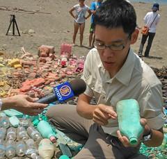 荒野海洋保育專員胡申介說明海洋廢棄物對生物的威脅,洪郁婷攝。