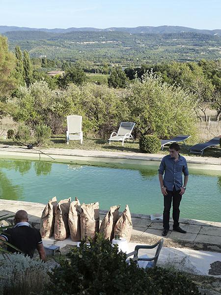 clem devant la piscine
