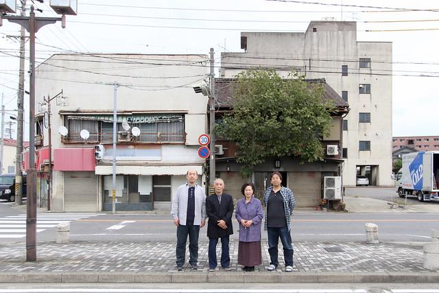 永年住み慣れた家の前で家族の記念写真を撮影