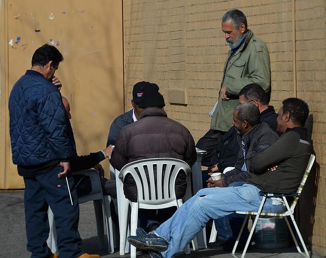Grupo de hombres jugando a las cartas en el barrio del Bronx