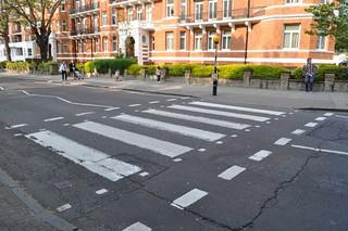 El actual cruce, desplazado 3 metros del original abbey road - 11756414185 a645704452 n - Abbey Road de Londres, el paso de peatones más famoso
