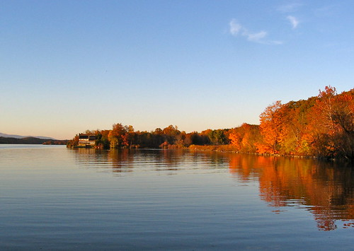 autumn color reflection fall water leaves foliage upstatenewyork hudsonriver hydepark newyorkstate hudsonrivervalley bardrock vanderbiltmansionnationalhistoricsite