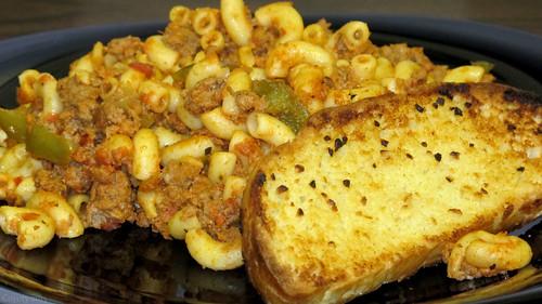 American chop suey and garlic bread by Coyoty