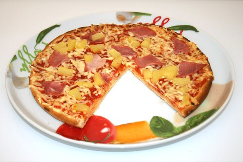 09 - Pizza Hawaii (Wagner Steinofen)  - Angeschnitten / Sliced