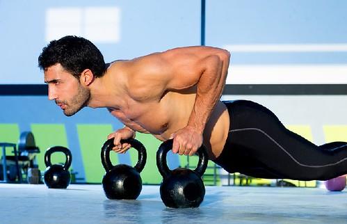 Mann Push-up-Übung in einem Training