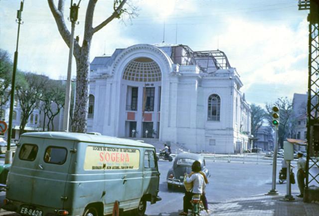 SAIGON 1968 - Trụ sở Quốc Hội trúng pháo kích