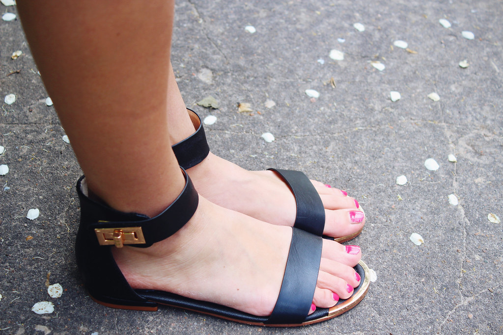 black-sandals-with-buckles-H&M