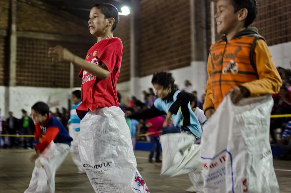 """Niños juegan la """"Carrera Vosá"""" en la fiesta de San Juan, llevada a cabo en el Club 24 de Junio de la ciudad de San Juan Bautista, departamento de Misiones. (Elton Núñez)"""