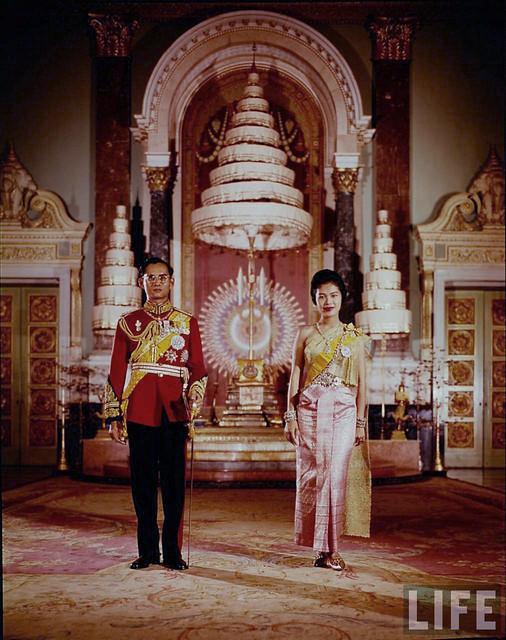 Bangkok 1960 - King & Queen Of Thailand - Vua Bhumibol 32 tuổi và Hoàng hậu Sirikit 27 tuổi tại Hoàng cung Thái Lan.