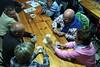 Jugant a cartes a la Casa de Colònies Els Estanys