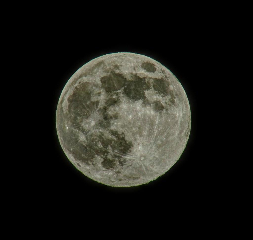 今晚月亮特別亮眼