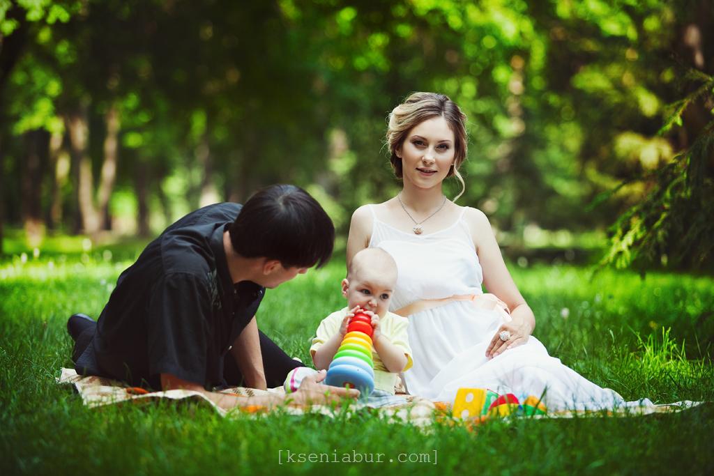 Уличная фотосессия семьи в парке