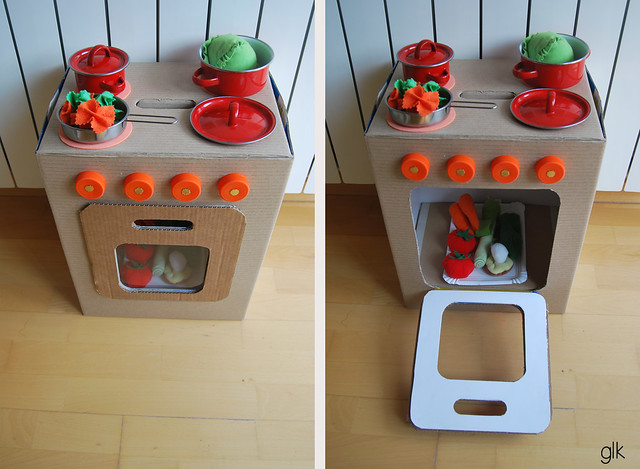cocinita y lavadora de juguete con caja de cartón