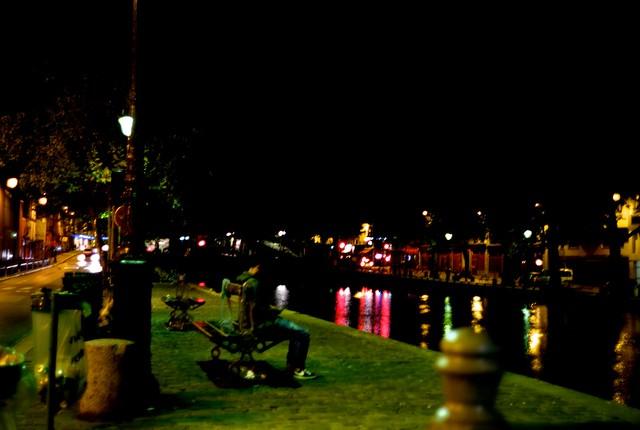 夜のサンマルタン運河。レピュブリク広場近くで。