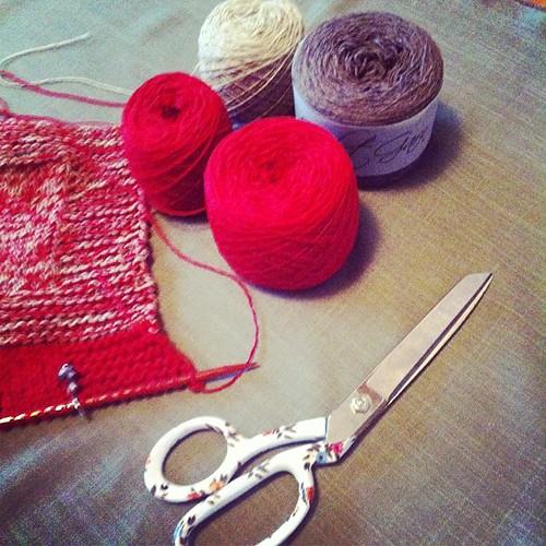 Perfect fabric: cutting the Christams dress:) Tessuto perfetto:) tagliando il vestito di Natale :)