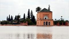 Au cœur de ce jardin, un grand bassin au pied d'un pavillon sert de réservoir d'eau pour irriguer les cultures.