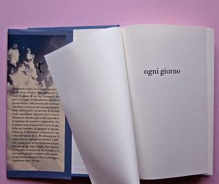 David Levithan, ogni giorno. Rizzoli 2013. Progetto grafico di copertina © Adam Abernethy. Risvolto della p. di sovrac., carta di guardia, pagina dell'occhiello (part.), 1
