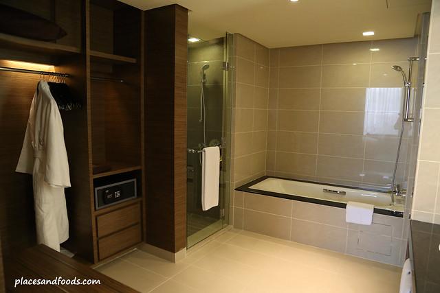 renaissance hotel johor bahru junior suite bathroom