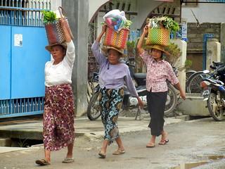 Nyaung shwe market shoppers