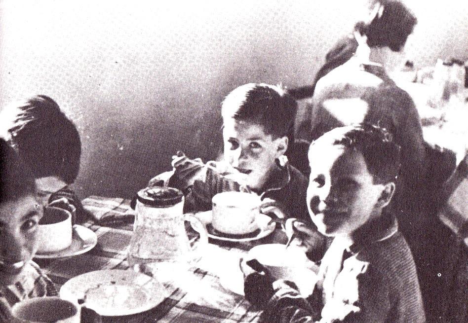 8. Niños tomando su desayuno en el comedor social