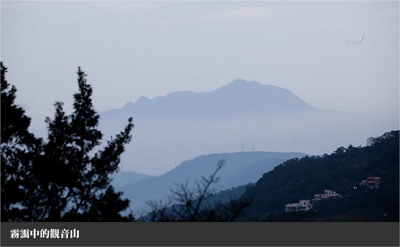 霧靄中的觀音山