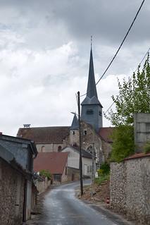 Étoges, Champagne, Frankrijk, Gezicht op gothische kerk met gedraaide achthoekige torenspits