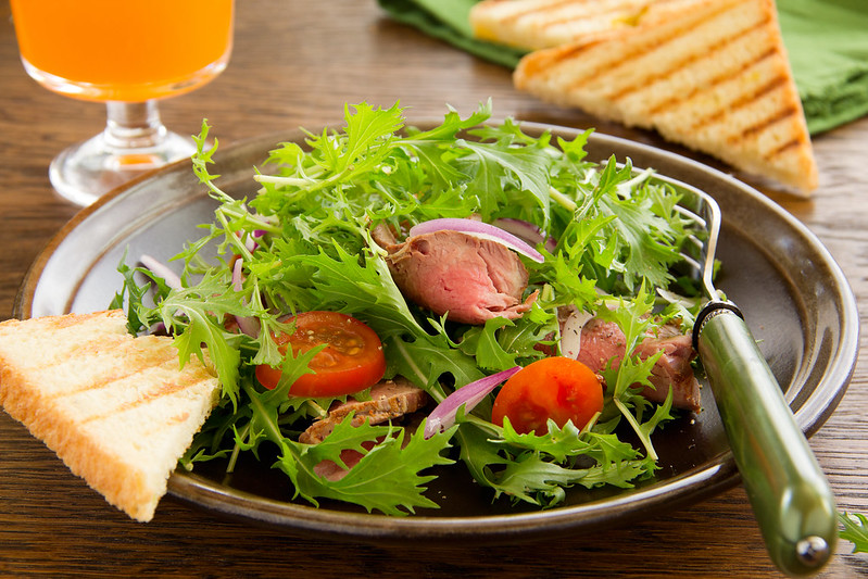 Salad with roast beef and tomatoes.