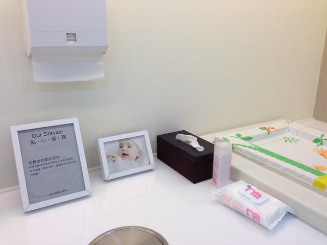 提供 mothercare 乳液、濕紙巾、擦手紙,臨時沒帶尿布也可以去櫃台索取@mothercare敦南旗鑑店大採購