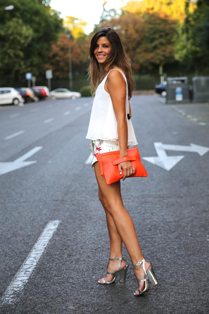 trendy_taste-look-outfit-street_style-ootd-blog-blogger-fashion_spain-moda_españa-sandalias_plateadas-silver_sandals-flower_print-falda_flores-top_blanco-9