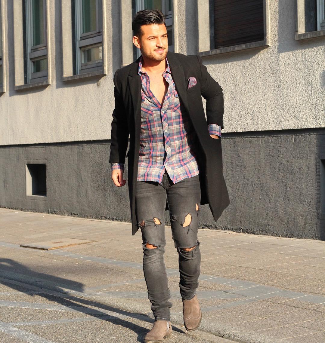 黒チェスターコート×チェックウエスタンシャツ×ダメージブラックジーンズ×ブラウンスエードサイドゴアブーツ