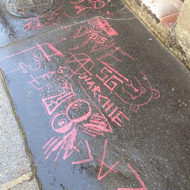 A défaut de taguer le mur, les fans taguent le trottoir #gainsbourg #sergegainsbourg