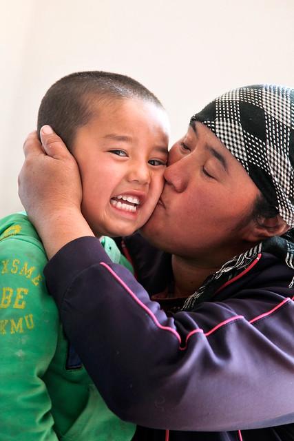 Mother kissing to her shy boy, Barkol バルクル、恥ずかしがる少年にキスをする母親