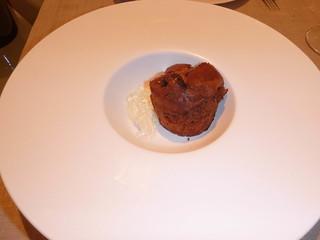 Pastel caliente de chocolate con salsa de especias