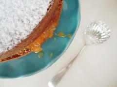 bolo de laranja fechado e empoado de açúcar