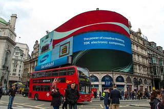 Devant les écrans géants de Piccadilly Circus