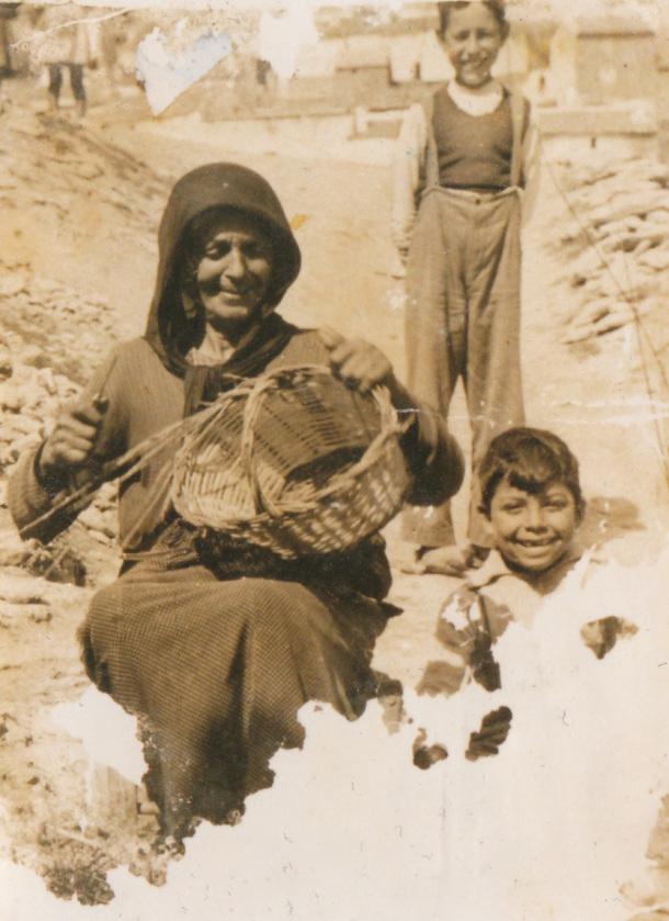 """Catalina la Gitana haciendo un cesto en un descampado del Carril. Foto aportada por mi padre. Esta foto es de los primeros años de l posguerra. Más información en el blog Setenil Rural <a href=""""http://bit.ly/1iqmHaH"""" rel=""""nofollow"""">bit.ly/1iqmHaH</a>"""