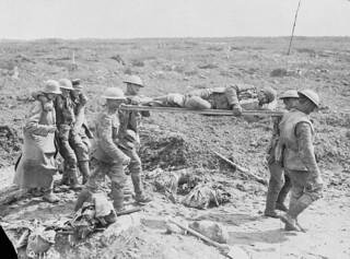 Stretcher bearers and German prisoners bringing in wounded during the Battle of Vimy Ridge, France, April 1917 / Brancardiers et prisonniers allemands transportant des blessés durant la bataille de la crête de Vimy (France) en avril 1917