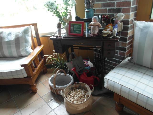 古老的腳踏式裁縫機與木頭小積木@宜蘭心森林民宿1N