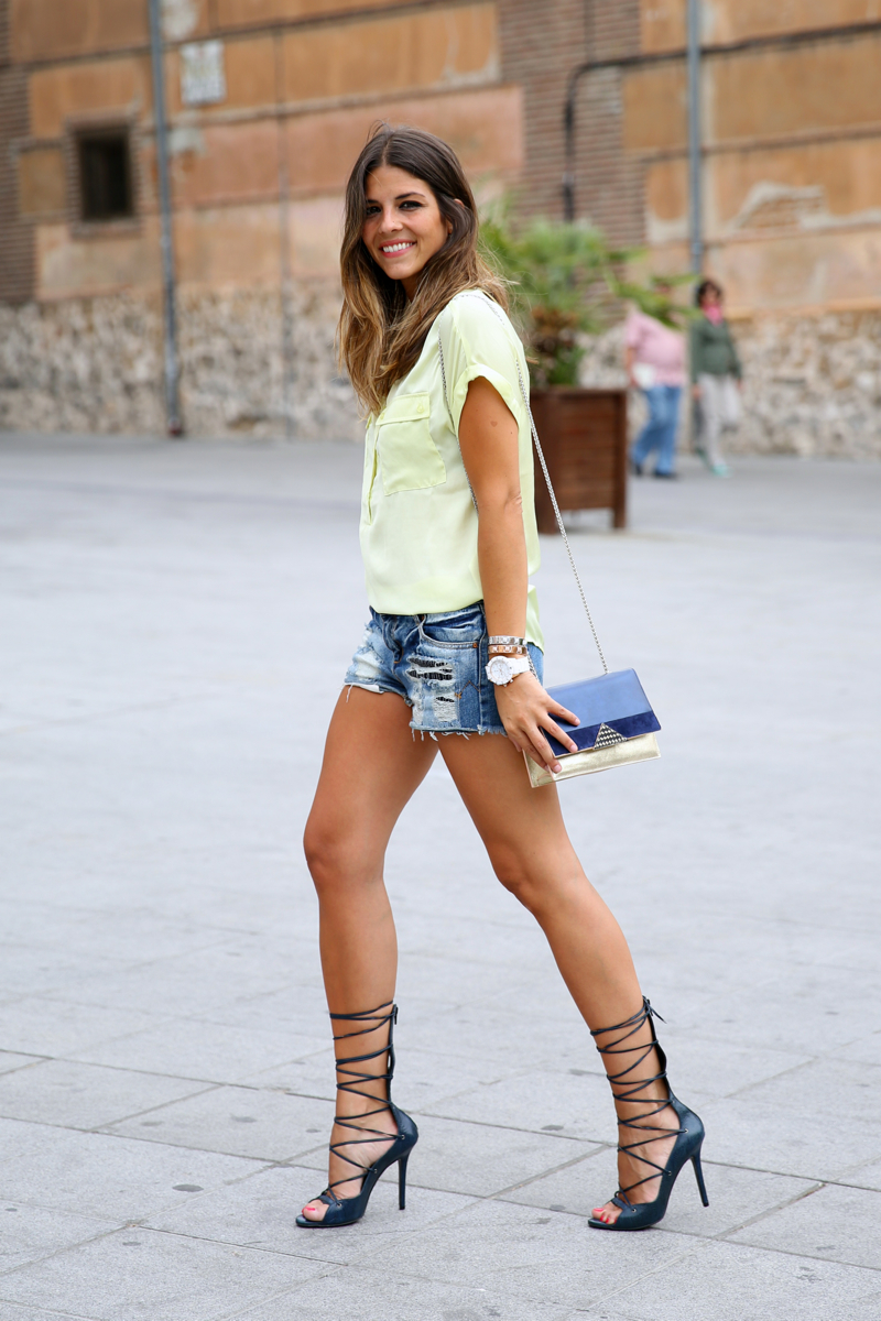 trendy_taste-look-outfit-street_style-ootd-blog-blogger-fashion_spain-moda_españa-yellow_blouse-camisa_amarilla-denim_shorts-shorts_vaqueros-sandalias_romanas-gladiators-mas34-folli_follie-14