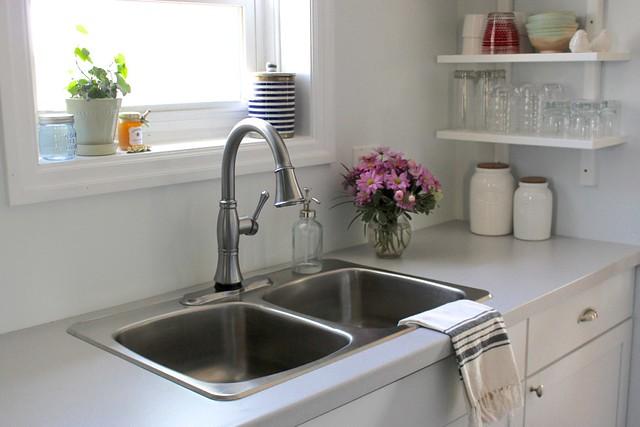 farmhouse-white-ktichen-cassidy-delta-faucet