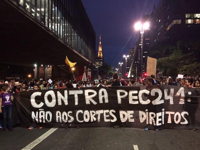 Concentração do ato contra os cortes em saúde e educação nesta segunda (17), no vão livre do MASP, em São Paulo (SP) - Créditos: Rute Pina/Brasil de Fato