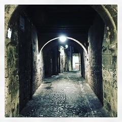 #igerspiceni #rua #arco #notte #luce #travertino