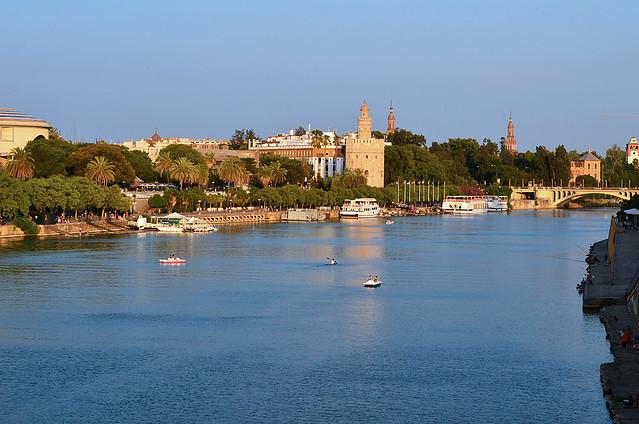 Vistas de Sevilla, la torre del oro y el Rio desde el puente de Triana