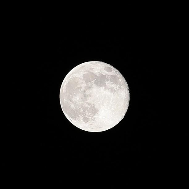月亮可以靜靜的傾聽你對現實、對社會、對政治、對媒體的不滿,然後以靜觀之姿映照你自身的激動。 (70-200mm 手持裁切) Moon can absorb your anger.