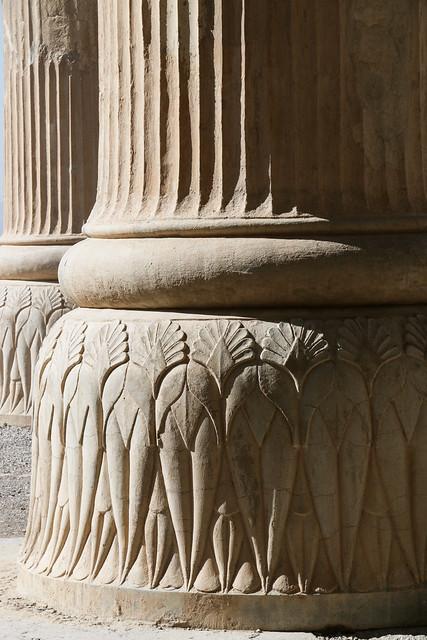 Decorated column in Persepolis, Iran ペルセポリス遺跡、花の装飾が施された円柱