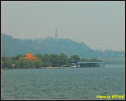 杭州 西湖 (其他景點) - 373 (西湖 湖上遊 往湖心亭 背景是湖心亭及杭州地標 保淑塔)